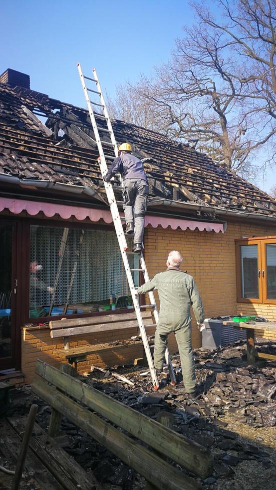 Die Experten bei den Ermittlungen zum Dachstuhlbrand in Bötersen