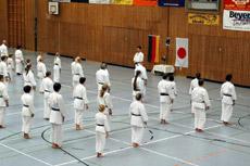 18 Karateka vom Sottrumer Dojo nahmen in Kirchlinteln am Lehrgang des Karate-Meisters Shinji Akita teil
