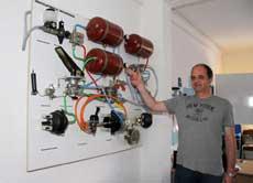 Anschauungsunterricht in Sottrum: Hartwig Müller erklärt das Zwei-Kreis-Bremssystem          Foto: Zachrau