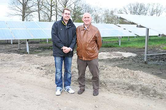 Bastian Bellmer von Sunlight Photovoltaik und Bürgermeister Klaus Dreyer sind optimistisch, dass der Hassendorfer Solarpark noch Mitte des Monats in Betrieb genommen werden kann     Foto: Haselmeyer