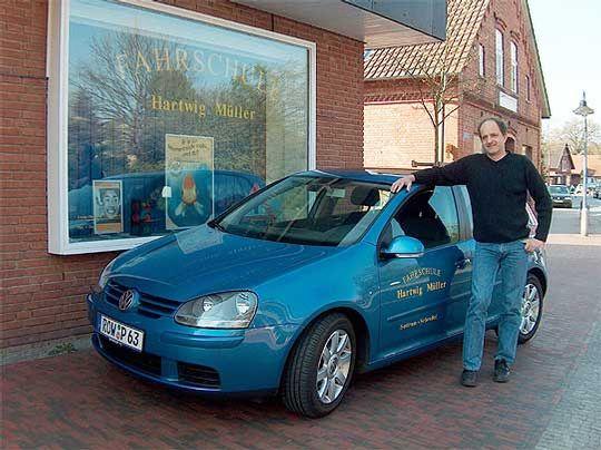Fahrlehrer Hartwig Müller ist auch nach 26 Jahren bei Prüfungen genauso aufgeregt wie seine Schüler            Foto: Archiv