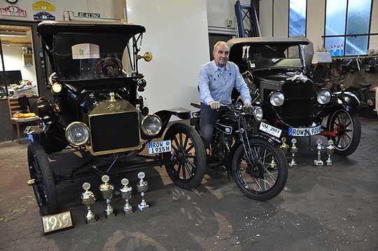 Wer die Wahl hat... Heiko Intemann mit dem Ford T Runabout aus dem Jahr 1915 (links), dem Willys Overland von 1920 und einem alten Motorrad von 1928             Foto: Haselmeyer