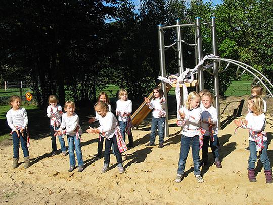 Klettergerüst Von Oben : Klettergerüst auf dem spielplatz u stockfoto majorosl