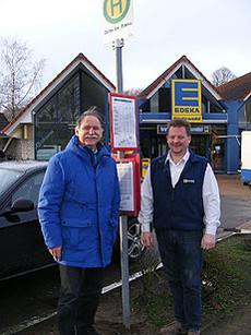 Eckhard Langanke, Vorsitzender des Bürgerbusvereins, und Hans Joachim Rodewald brachten am Haltestellenschild in der Feldstraße den neuen Fahrplan an