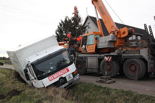 Aus der misslichen Situation konnte der Entsorgungs-Lkw nur mit einem schweren Kran geborgen werden  Foto: Hartmann