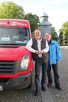 Eckhard Langanke (rechts) begrüßt als Vorsitzender mit Heinz Kirchfeld den Bürgerbus-Fahrer Nummer 19      Foto: Hartmann