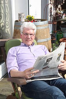 Ralf Goebel genießt es, sich mit der Wochenzeitung Die Zeit zurückzuziehen und ungestört und ausgiebig zu lesen             Foto: Hartmann