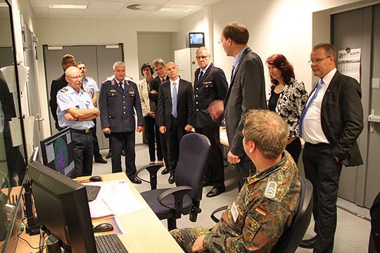 Während einer Führung durch die Radarstellung wurde das System der Flugüberwachung erläutert             Fotos: Hartmann