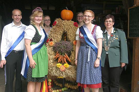 Die Erntekrone mit Erntemeisterin Sigrun Bostelmann (rechts) und Mitgliedern der Dorfjugend               Foto: Kalff