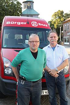 Lothar Heuer (links) aus St. Pauli ist der 30.000. Fahrgast des Visselhöveder Bürgerbusses. Er erhielt von Eckhard Langanke einen Freifahrtschein für ein Jahr      Foto: Hartmann