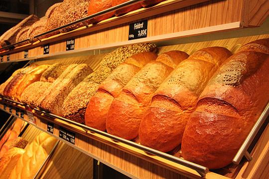 In der Wittorfer Hauptstelle findet der tag der offenen Backstube statt. Die Besucher können zuschauen, wiedas Brot zubereitet und im Backofen fertiggestellt wird