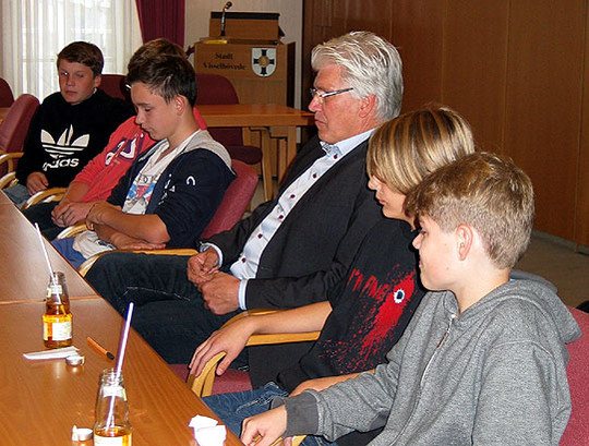 Bürgermeister Ralf Goebel ließ sich von den jungen Leuten der Geschichts-AG von Bärbel Korgel ihre Ideen erläutern         Foto: Rehak