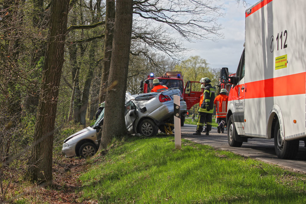 Die Einsatzkräfte bei der Bergung des Fahrzeugs. Foto: Sebastian Kurz (Feuerwehr)