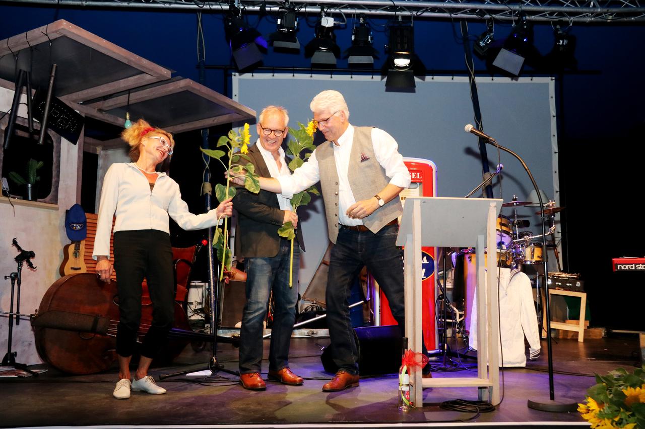 Sonnenblumen von Bürgermeister Ralf Goebel (links): Er bedankte sich bei Karin Schroeder und Andreas Goehrt für ihr kulturelles Engagement. Foto: Nina Baucke