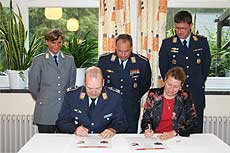 n Anwesenheit der Vertrauenspersonen unterzeichneten Oberstleutnant Eckhard Böddeker und Visselhövedes Bürgermeisterin Franka Strehse die Patenschaftsurkunde       Foto: Hartmann