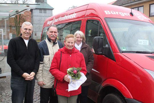 Wolf Fischer, Eckhard Langanke und Silvia Schloemer vom Bürgerbusverein (hinten von links) mit dem 20.000. Passagier, Erika Wienhold  Foto: Hartmann