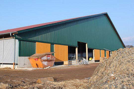 Mit 71 Metern Breite und 91 Metern Länge hat der neue Boxenlaufstall der Familien de Groot bei Bleckwedel gewaltige Ausmaße         Foto: Hartmann