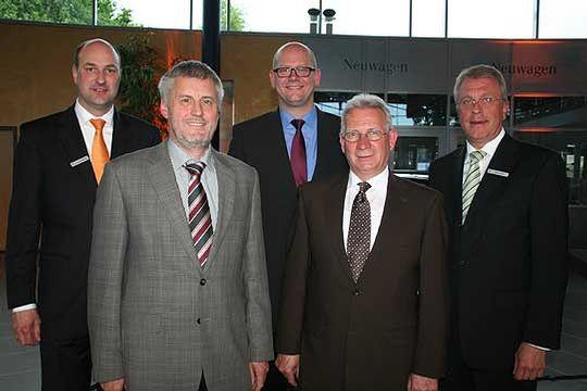 Vorstände Jochen Johannsen und Werner Bruns mit Eckhard Itzeck, Hans-Georg Bahlburg und Dr. Marco Mohrmann, die in den Aufsichtsrat der Zevener Volksbank berufen wurden       Foto: Fricke